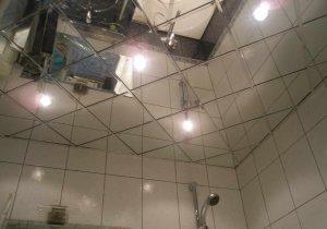 zerkalnaya-plitka-na-potolke-sozdaet-oshhushhenie-vysokoj-potolochnoj-zony-i-yavlyaetsya-dopolnitelnym-istochnikom-sveta